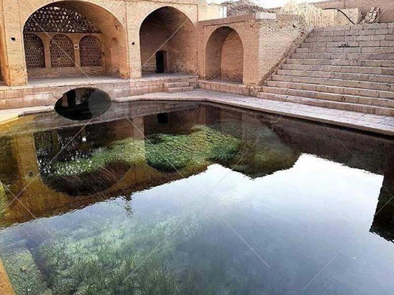 در جنوب باغ فين چشمه آبي موسوم به چشمه سليمانيه، با قريب به دوازده سنگ آب وجود دارد. آب آن فوق العاده صاف است ولي به واسطه داشتن بعضي املاح براي آشاميدن مناسب نيست.