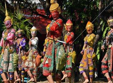 تایلندی ها همگی علاوه بر نام اصلی خود، دارای نام غیررسمی و معمولا کوتاهی نیز هستند که با آن یکدیگر را صدا می زنند.