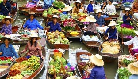 این جشن در ساحل دریای تایلند در شهر پاتایا همه ساله در فصل گرما با حضور بسیاری از مردم این کشور برگزار می شود و در این جشنواره گل و غذا را بر روی شناور هایی قرار می دهند.