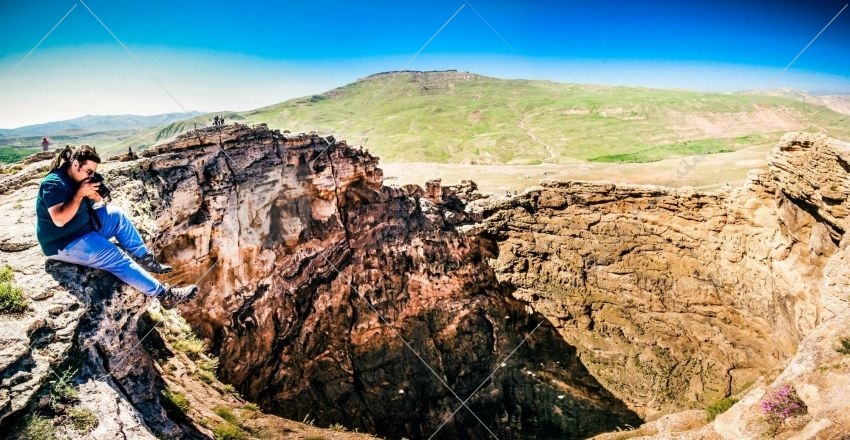 زندان سلیمان که با نامهای دیو سلیمان و زندان دیو نیز شناخته میشود، نام کوهی مخروطیشکل و میان تهی است که در سه کیلومتری غرب تخت سلیمان، در تکاب استان آذریایجان غربی قرار دارد.