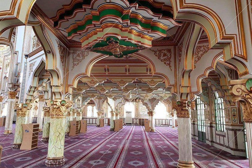 یکی دیگر از جذابترین جاهای دیدنی کرمانشاه، مسجد شافعیها نام دارد. این مسجد زیبا که از مساجد اهل سنت به شمار میرود، جزو شاهکارهای بینظیر معماری اسلامی در ایران است که چشم بینندگان را به خودش خیره میکند. معماری این مسجد بسیار خاص و هنرمندانه است و گنبد جذاب و گلدستههای بلند بالای آن به زیبایی خودنمایی میکنند.نمای داخلی مسجد با گچبریهای دیدنی و مزین به آیات قرآن پوشیده شده است. نقاشیهای هنرمندانه داخل بنا، کتیبههایی با خط طغرا، منارههای فلزی طلایی رنگ، نمای بیرونی سفید رنگ مسجد شافعیها و … از جمله تماشاییترین تزیینات این مکان مذهبی به شمار میرود.
