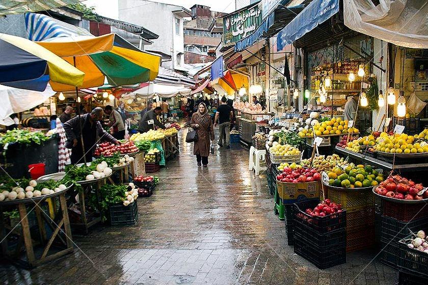 بازار بزرگ رشت برخلاف بسیاری از بازارهای بزرگ سایر شهرهای ایران، یک بازار روباز است و تنها قسمت کوچکی از آن با حلب پوشیده شده است و از بخشهای گوناگونی شامل کاروانسراها و طاقیها و... تشکیل شده است.