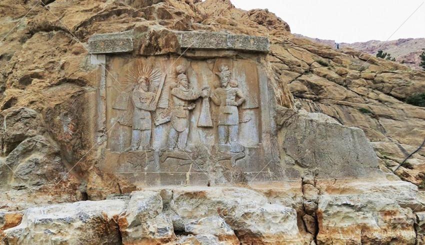 محوطه فرهادتراش یکی دیگر از جاهای دیدنی منطقهی بیستون کرمانشاه است. بنا به روایتهای قدیمی و محلی «خسرو پرویز» به فرهاد که عاشق «شیرین» بوده، دستور میدهد قسمتی از کوه را بتراشد. اما محققان باستانشناسی معتقدند این قسمت از دامنه کوه برای خلق اثر تاریخی دیگری تراشیده شده و متاسفانه نیمهکاره رها شده است.به جز سنگ نوشتهها و حجاریهای کوهها، دو کاروانسرای «شاهعباسی» و «ایلخانی» نیز از جمله آثار تاریخی این منطقه هستند که متاسفانه از کاروانسرای ایلخانی چیزی به جز خرابه باقی نمانده است.
