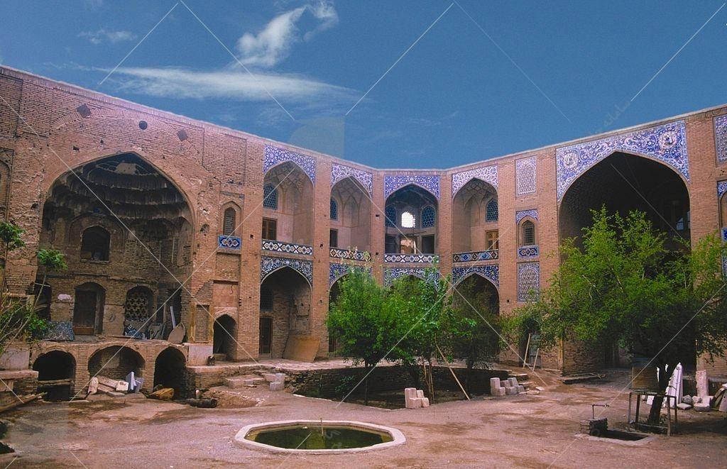 کاروانسرای خان خوی در جوار بازار و در ضلع غربی آن قرار دارد و در گذشته محل استقرار مسافران و دادوستد بازرگانان داخلی و خارجی بوده است.