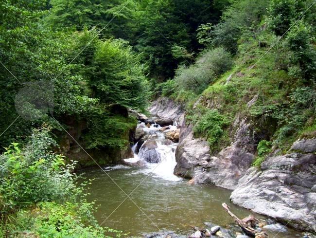 غار خون فوشه از نوع غارهای ریزشی است و در جنوب غربی روستای فوشه، در نزدیکی قلعه رودخان قرار دارد.