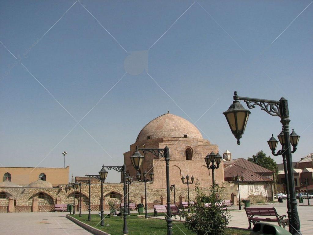 مسجد جامع ارومیه در مجاورت بازار ارومیه قرار دارد و متعلق به سده هفتم هجری قمری و دورهی ایلخانان است.