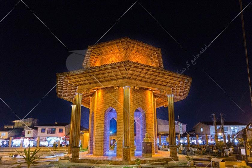 آرامگاه میرزا کوچک خان جنگلی به صورت یک هشت ضلعی منظم از اشکال هندسی رایج در معماری سنتی ایران است و به مساحت ۴۰ متر مربع و ارتفاع ۹ متر ساخته شده است.