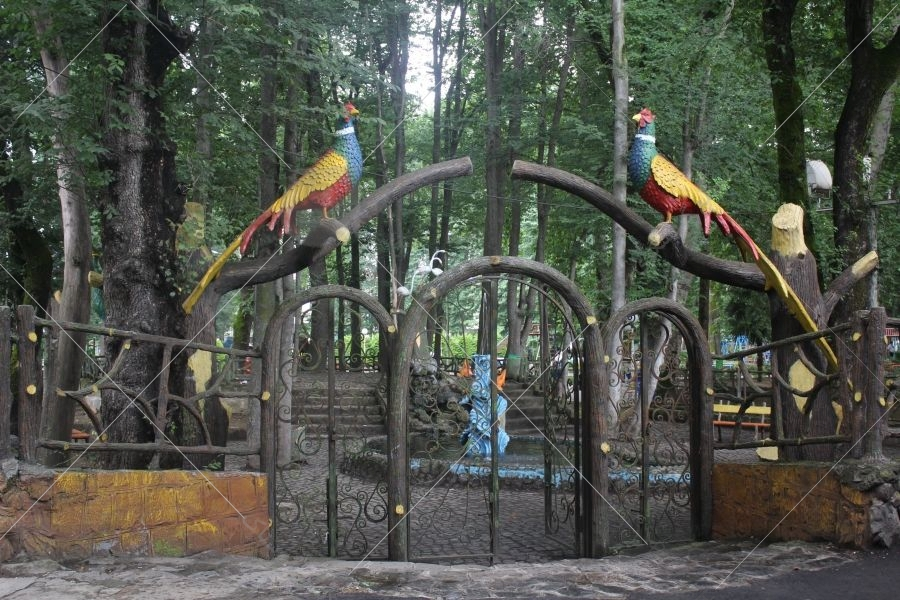 پارک فومن یکی از مشهورترین تفرجگاهها در فومن بهشمار میرود و بهدلیل حضور انواع مجسمهها از جمله مجسمههای چهار دختران، در بین گردشگران محبوب است