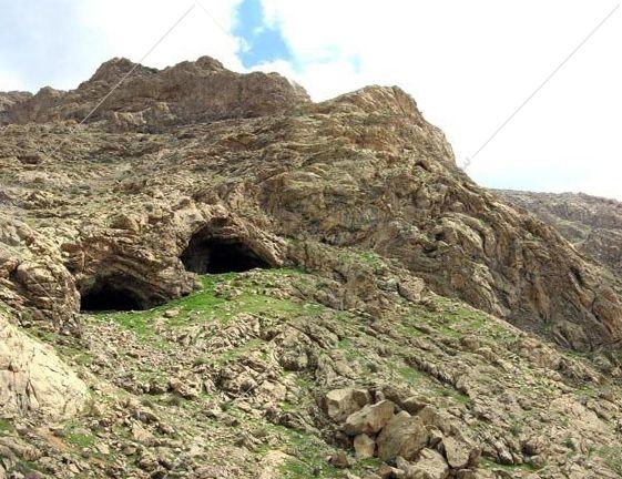 یکی از کهن ترین سکونت گاه های بشر، در منطقه کرمانشاه، غار دو اشکفت، در نزدیکی طاق بستان است. ارتفاع این غار، در حدود ۱۶۰۰ متر از سطح دریا است. این مکان باستانی، شامل دو غار مجاور هم، در دامنه جنوبی کوه میوله، در ارتفاع حدود سیصد متری از دشت و مشرف بر پارک کوهستان قرار دارد. طبق یافته های باستان شناسی، این غار، در دوره پارینه سنگی میانی، مسکن انسان های شکارگَر بوده است.