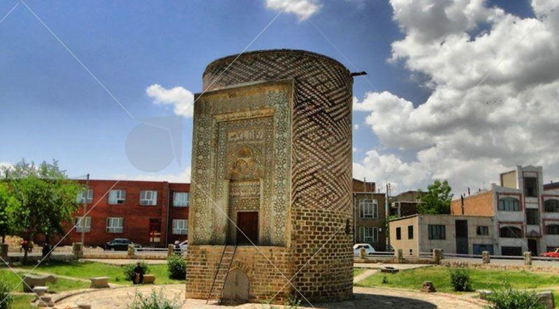 سه گنبد ارومیه بنای تاریخی است که عبارت است از سکوی بلندی که به شکل استوانه و مدور ساخته شده است.