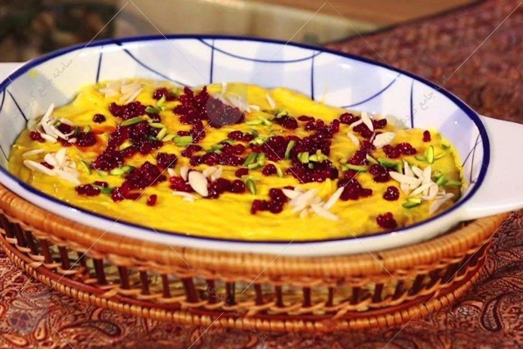 شاید ظاهرش شبیه یک دسر ایرانی مثل شله زرد یا فرنی زعفرانی باشد اما اشتباه نکنید خورش ماست یک غذای بسیار خوشمزه و پر و پیمان اصفهانی ست