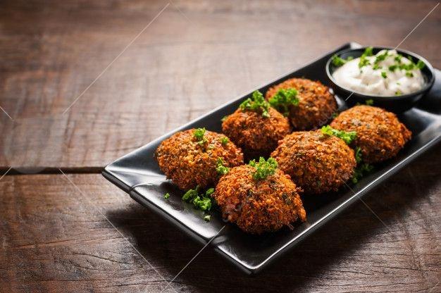 فلافل، غذایی است متعلق به استان خوزستان که بسیار محبوب است و در سراسر شهرهای کشور و با طرز پخت های مختلف تهیه می شود.