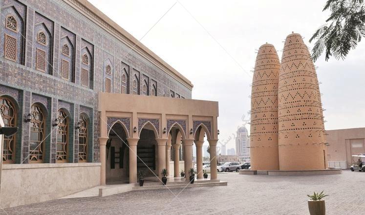 از یکی از دیدنی های قطر همچون دهکده فرهنگی کاتارا بازدید کنید. برای رسیدن به این دهکده زیبا، از مسیر Pearl بروید که در ساحل شرقی بین غرب خلیج فارس و جزیره مروارید قرار گرفته است.