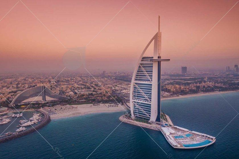 برج العرب یکی از بلندترین برجهای جهان محسوب میشود این سازهی زیبا که شهرت جهانی دارد و به شکل بادبان کشتی طراحی شده  روی ساحل مصنوعی دبی قرار دارد.
