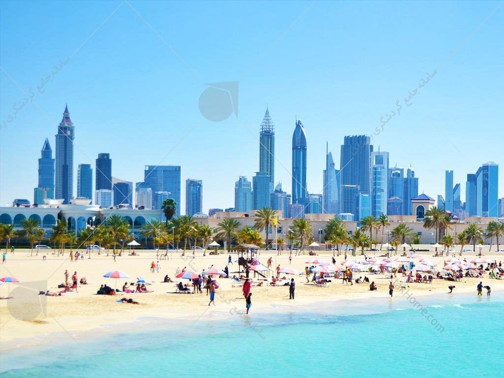ساحل جمیرا مکانی مناسب برای پیاده روی محسوب میشود و ورود عموم به آن آزاد است. این محدوده از معدود سواحل مسکونی دبی محسوب میشود که به سه بخش جمیرا یک، جمیرا دو، جمیرا سه آن را تقسیم کردهاند.