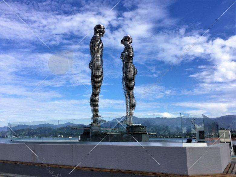 تندیس علی و نینو (Monument Ali and Nino) یکی از رمانتیکترین دیدنیهای گرجستان محسوب میشود که در در نزدیکی ساحل باتومی قرار دارد.