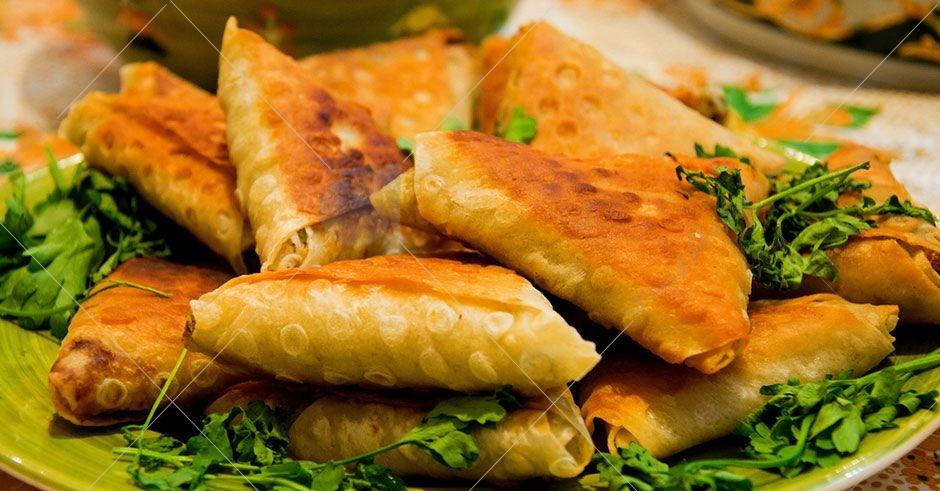 سمبوسه نیز از دیگر غذاهای بسیار محبوب و خوشمزه خوزستانی است که در سراسر ایران و به روش های مختلف تهیه می شود.