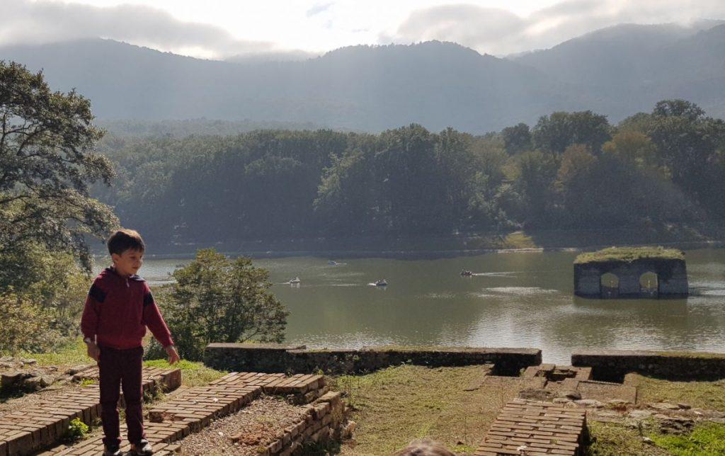 پسرم پرسام در بالای دریاچه