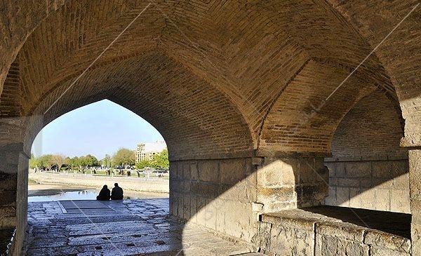 سقف های منحنی شکل پل خواجو ( طاق چشمه )