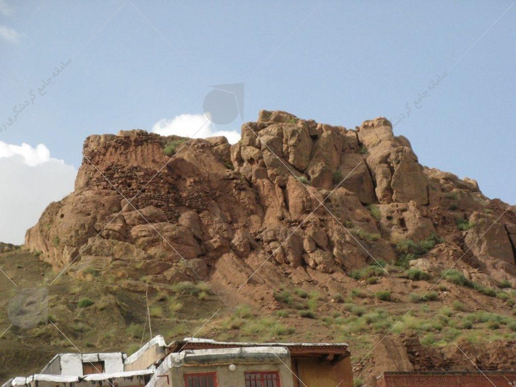 قلعه بالا در روستا عکس از رستاک