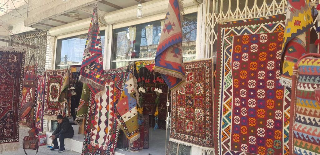 یکی از فروشگاه های صنایع دستی سمیرم عکس از رستاک