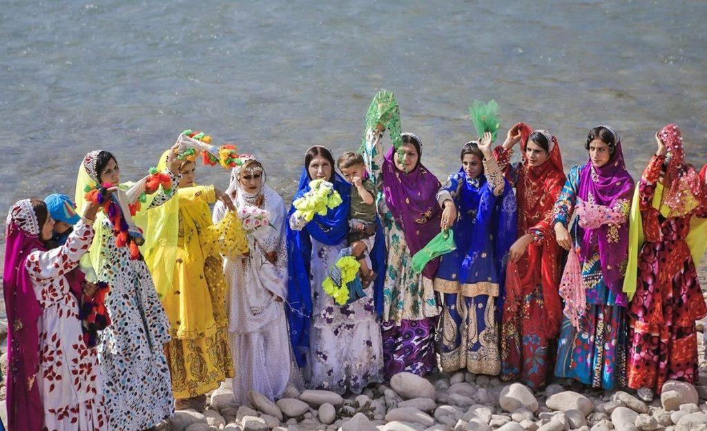 رنگ های شاد و سرزنده در پوشش زنان و دختران