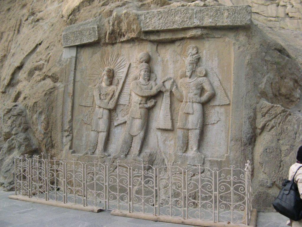 نقشبرجستهٔ تاجگذاری اردشیر دوم عکس از رستاک