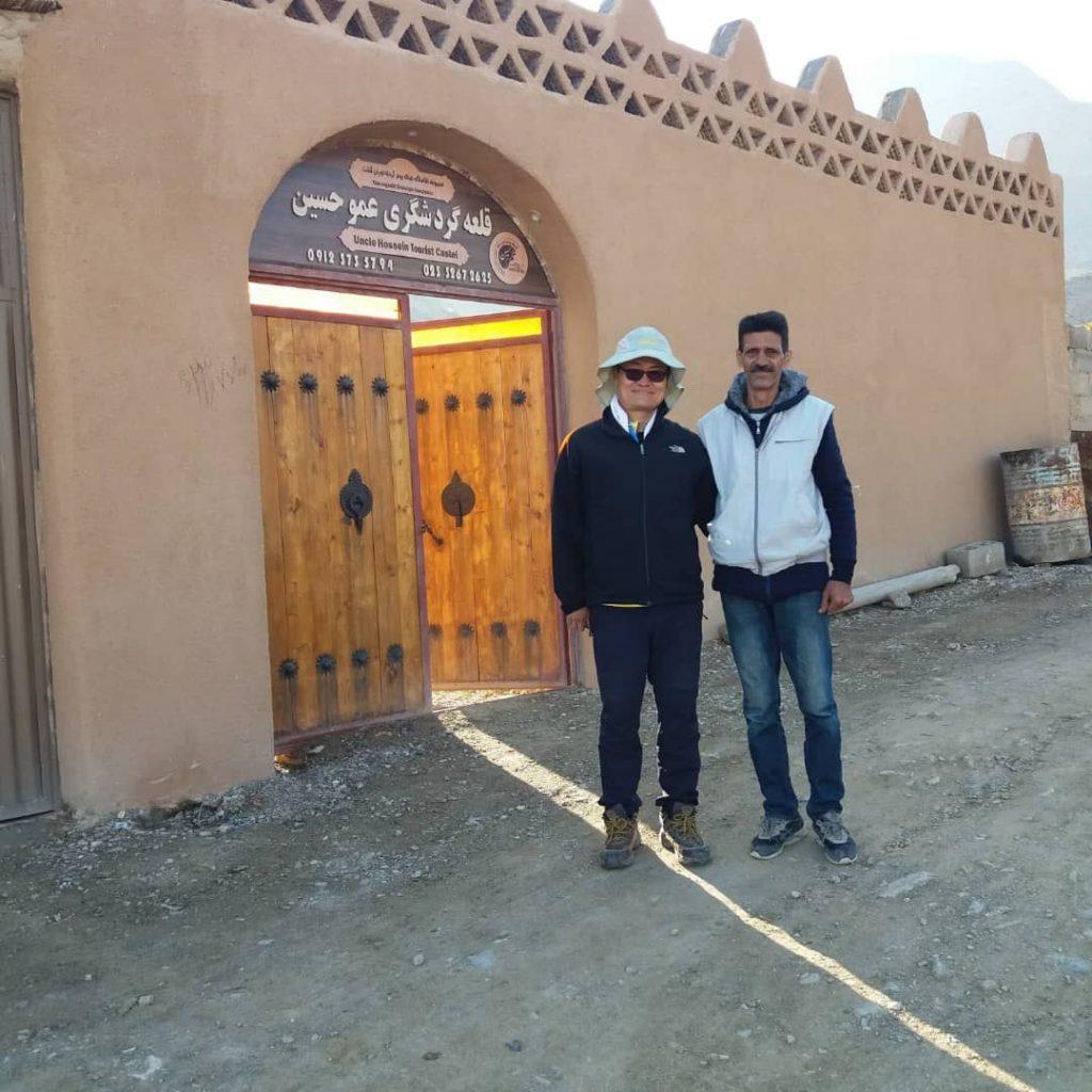 عکس آقای کیقبادی  مالک بوم گردی و گردشگر خارجی